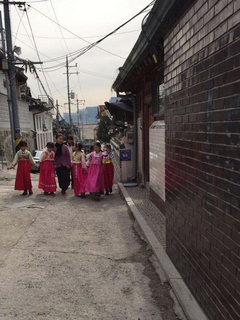 Traditionelle Kleidung wird mit Stolz getragen