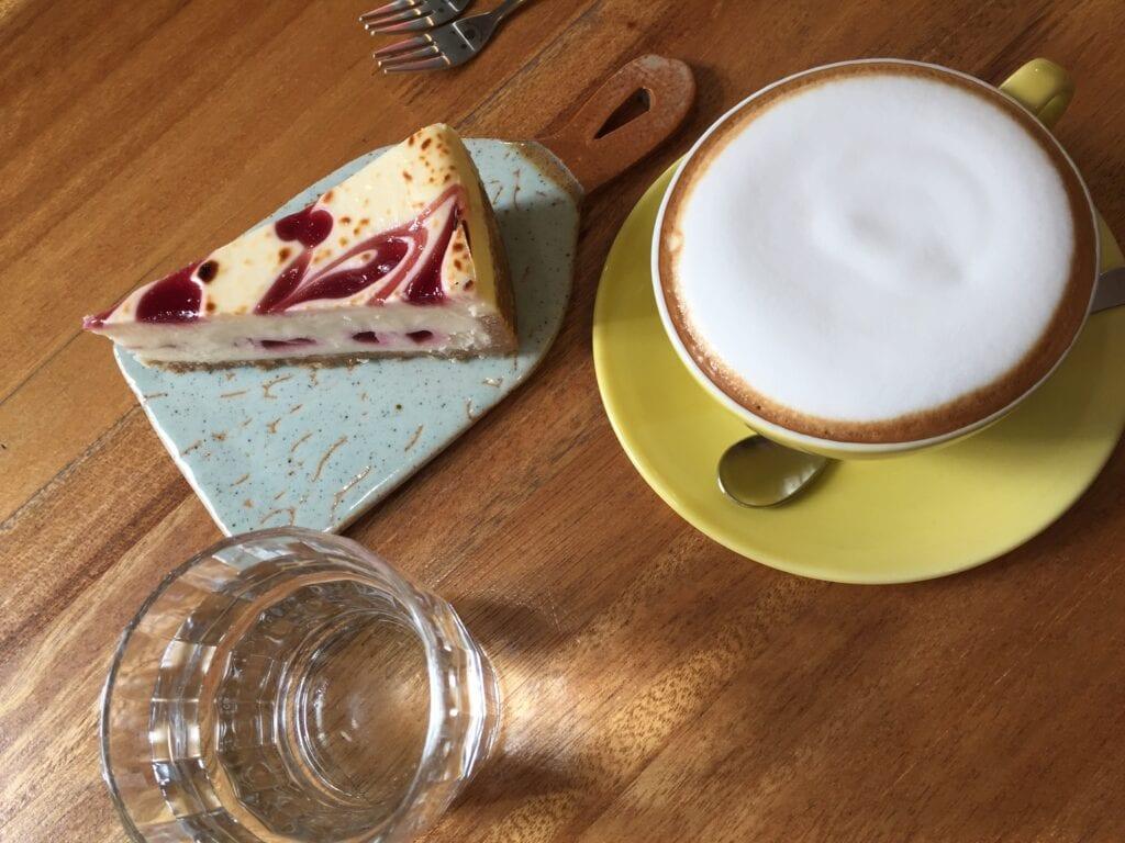 Wir sind glücklich: Käsekuchen und Kaffe gibt es hier auch